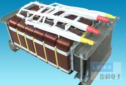 1、直流电压要一致 每台逆变变压器都有接入直流电压数值,如12V,24V等,要求选择蓄电池电压必须与逆变变压器直流输入电压一致。例如,12V逆变变压器必须选择12V蓄电池。 2、逆变变压器输出功率必须大于电器的使用功率,特别对于启动时功率大的电器,如冰箱、空调,还要留大些的余量。 3、正、负极必须接正确 逆变变压器接入的直流电压标有正负极。红色为正极(+),黑色为负极(),蓄电池上也同样标有正负极,红色为正极(+),黑色为负极(),连接时必须正接正(红接红),负接负(黑接黑)。连接线线径必须足够粗,并且